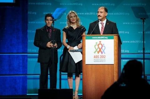 اعطای جایزه الیزابت تایلور به برادران علایی