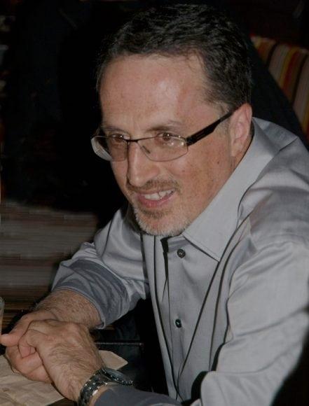 غزلی برای ۲۵ سالگی فرزند پر خروش شما پیمان وهاب زاده پیمان وهاب زاده از ۱۹۸۹ در کانادا زندگی میکند و استاد جامعه شناسی در دانشگاه ویکتوریاست او نویسنده چهار کتاب به انگلیسی و ۸ کتاب به فارسی و ۵۰ مقاله و گفتگو است. داستانها، شعرها، مقالهها، و خاطرههایش تا کنون به فارسی و انگلیسی و آلمانی و کردی منتشر شده اند. چو نسیم صبحگاهان نفسی برون فشاندم چو شکوفه خندهام را به جهان فزون فشاندم عشق تو چو ره نمودم غم تو به جان فزودم گل مهر سوی دشت همه لالهگون فشاندم تو چو آفتاب گشتی تو به گرمیام گذشتی همه گرمیَت گرفتم به یخ درون فشاندم به سفر چو عزم کردم که رهایی تو جویم ز خرد گذشت عشقم به سرم جنون فشاندم به مقام رهروی تا برسم چهها نکردم همه رفته راهها را به ره کنون فشاندم چو به آسمان رسیدم به امیدی که بتابی به تنش ستارگان را بنگر که چون فشاندم به شب از سحر که گفتم ز شَعَف به رقص آمد طلبش نور شد از من که شرارهگون فشاندم عشقت از عمق وجودم ز صفای تاروپودم نکنم جدا که پیمان ترا به خون فشاندم