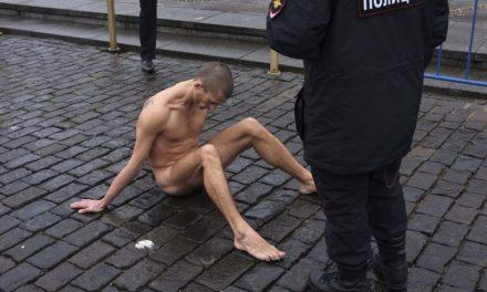 هنرمند روس در «روز پلیس» بیضههایش را به سنگفرش میخ کرد