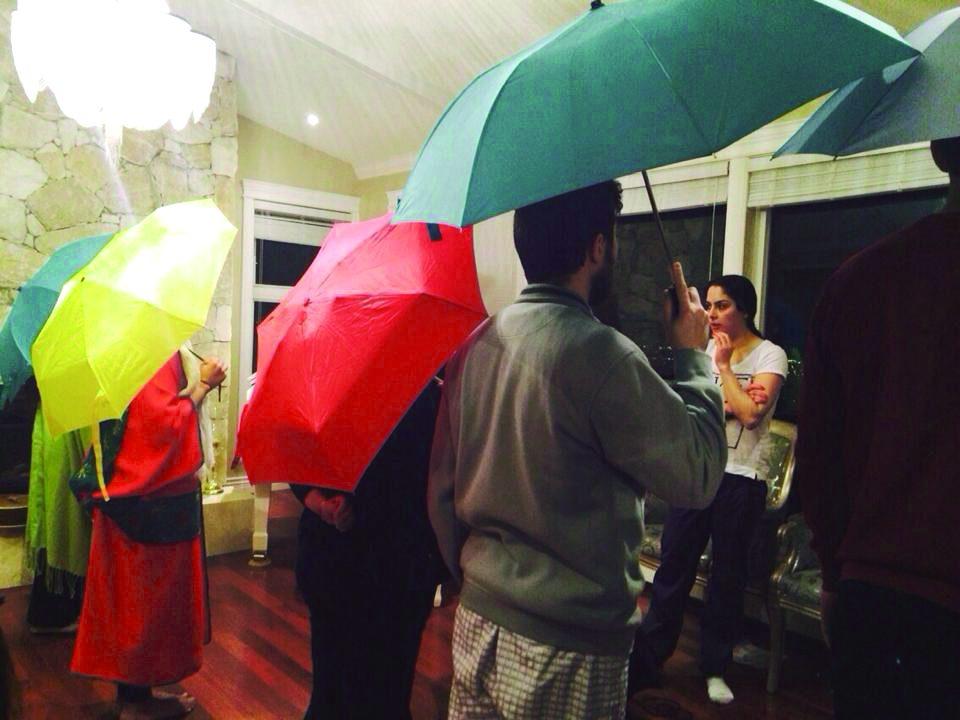 مردی که رویاهای زنان را زیر چترش پناه میدهد