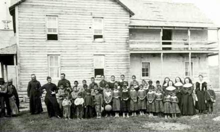 مرگ ۴۰۰۰ کودک، در کارنامهٔ مدرسههای شبانهروزی مذهبی برای بومیانِ کانادا