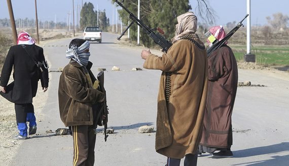 Tribal fighters deploy themselves on the streets of Ramadi