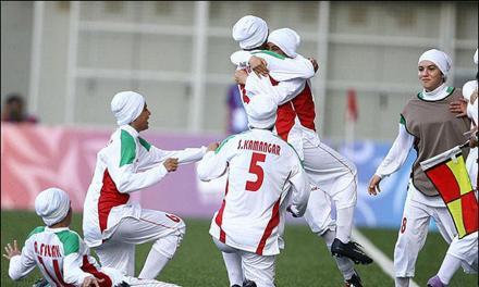 """ابهامها و حاشیههای حضور """"دوجنسیتیها"""" در فوتبال زنان ایران"""