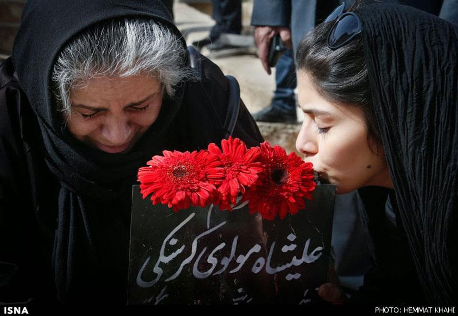 پیکر علیشاه مولوی با شعرخوانی و آواز خوانی به خاک سپرده شد