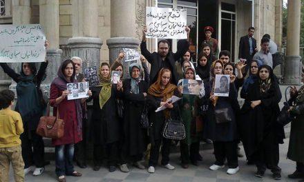 تجمع اعتراضی خانوادههای زندانیان سیاسی بند ٣۵٠ اوین در برابر دادسرای بازار