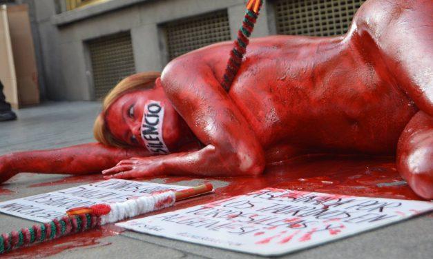 اعتراض برهنه مدل و فیلمساز اسپانیایی «جیل لاو» به برگزاری فستیوال گاوبازی