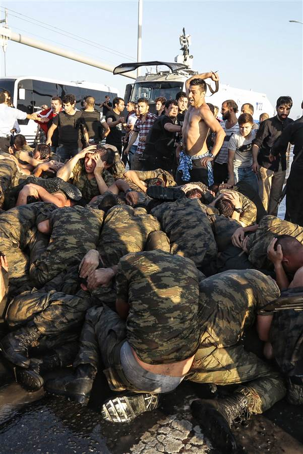 000 turkey-coup-beating-soldiers