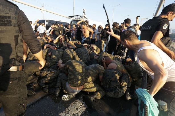 Surrendered-Turkish-soldiers-who-were-involved-in-the-coup-are-beaten-by-civilians