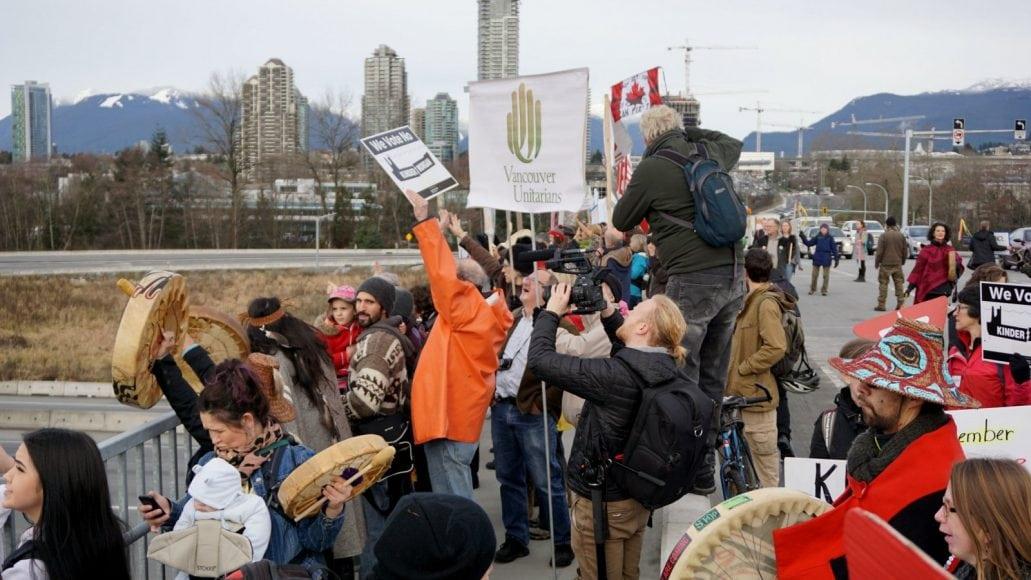 kindermorgan-bridge-protest
