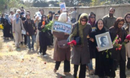 درد مادران و یاد آنهایی که در گورهای جمعی خاوران آرمیدهاند