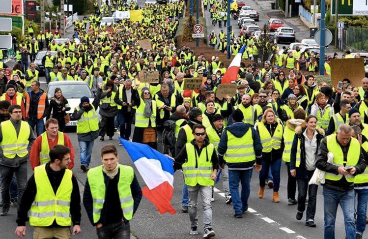 فرانسهٔ نافرمان تصویر خود را در خیابان به رخ میکشد
