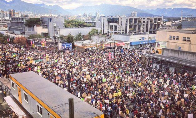 راهپیمایی اعتراضی برای تغییر شرایط آب و هوای جهانی در ونکوور