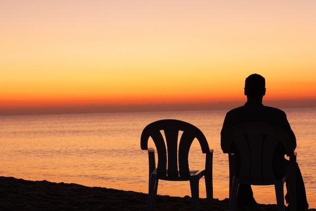 Man-Sitting-Alone یاری روزهای بلا