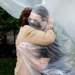 رؤیای آغوش: چطور همهگیری ما را از لمس همدیگر محروم کرد؟
